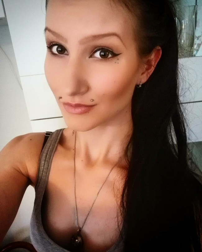 Piercing angel-bites en mujer morena