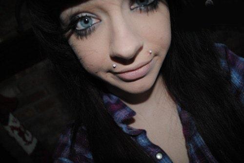 Piercing angel-bites en mujer de ojos azules