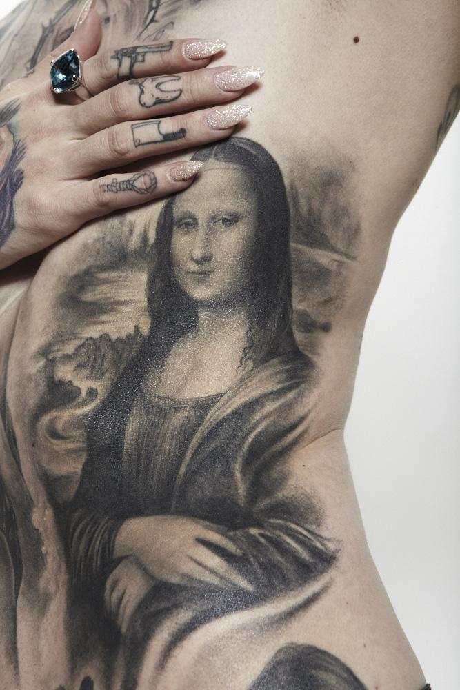 Tatuaje de Mona Lisa en negro y gris por Kate Von D