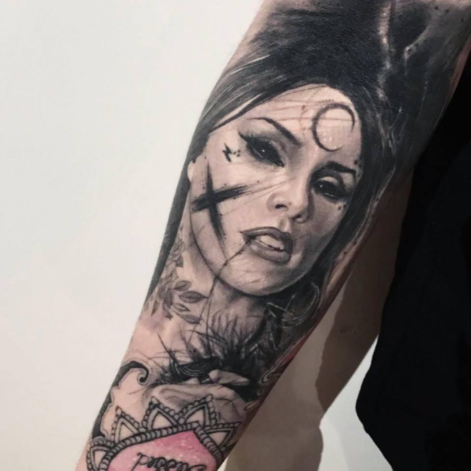 Tatuaje de sí misma en negro y gris