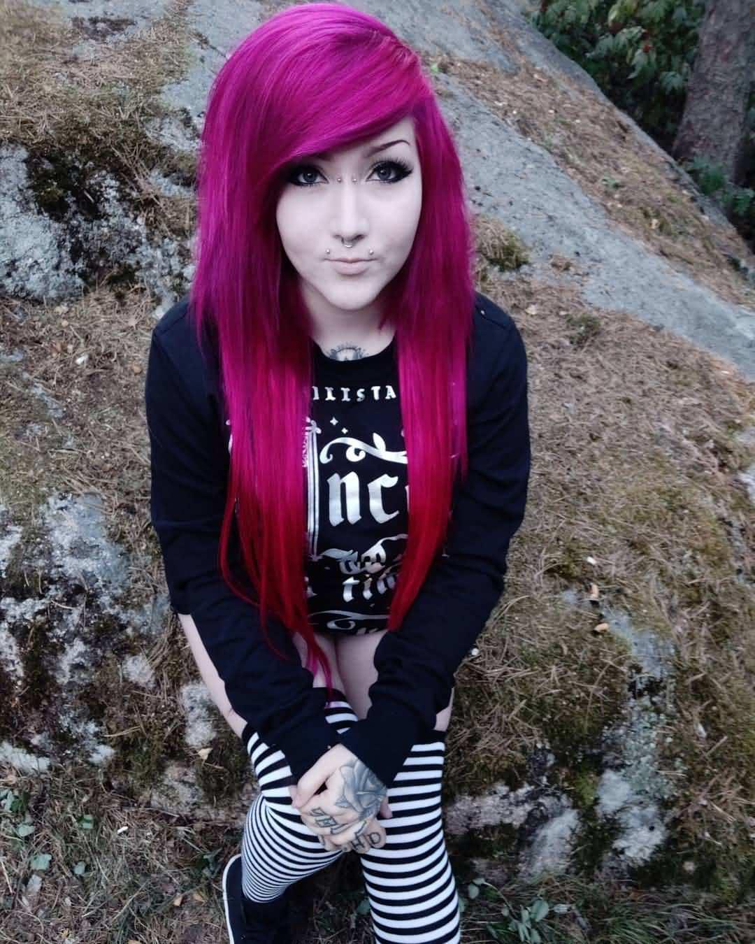Piercing bridge en mujer con cabello largo y rosado oscuro