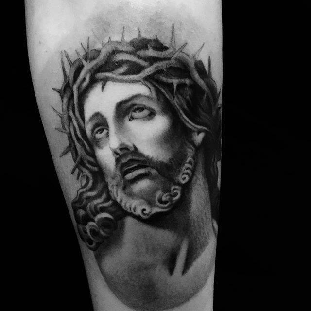 Tatuaje de Jesús en negro y gris por Ami James