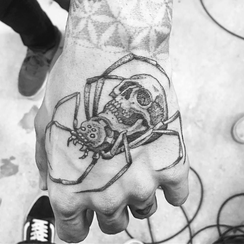 Tatuaje de araña y calavera dirigido por Ami James