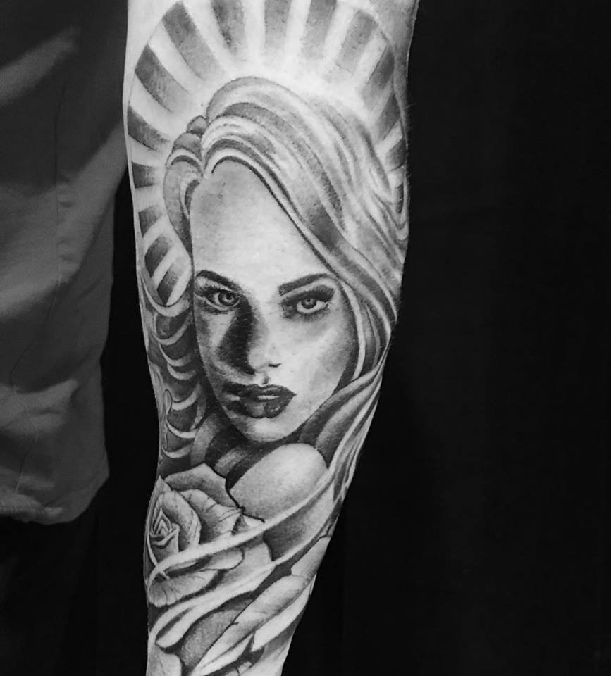 Tatuaje mujer negro y gris por Ami James