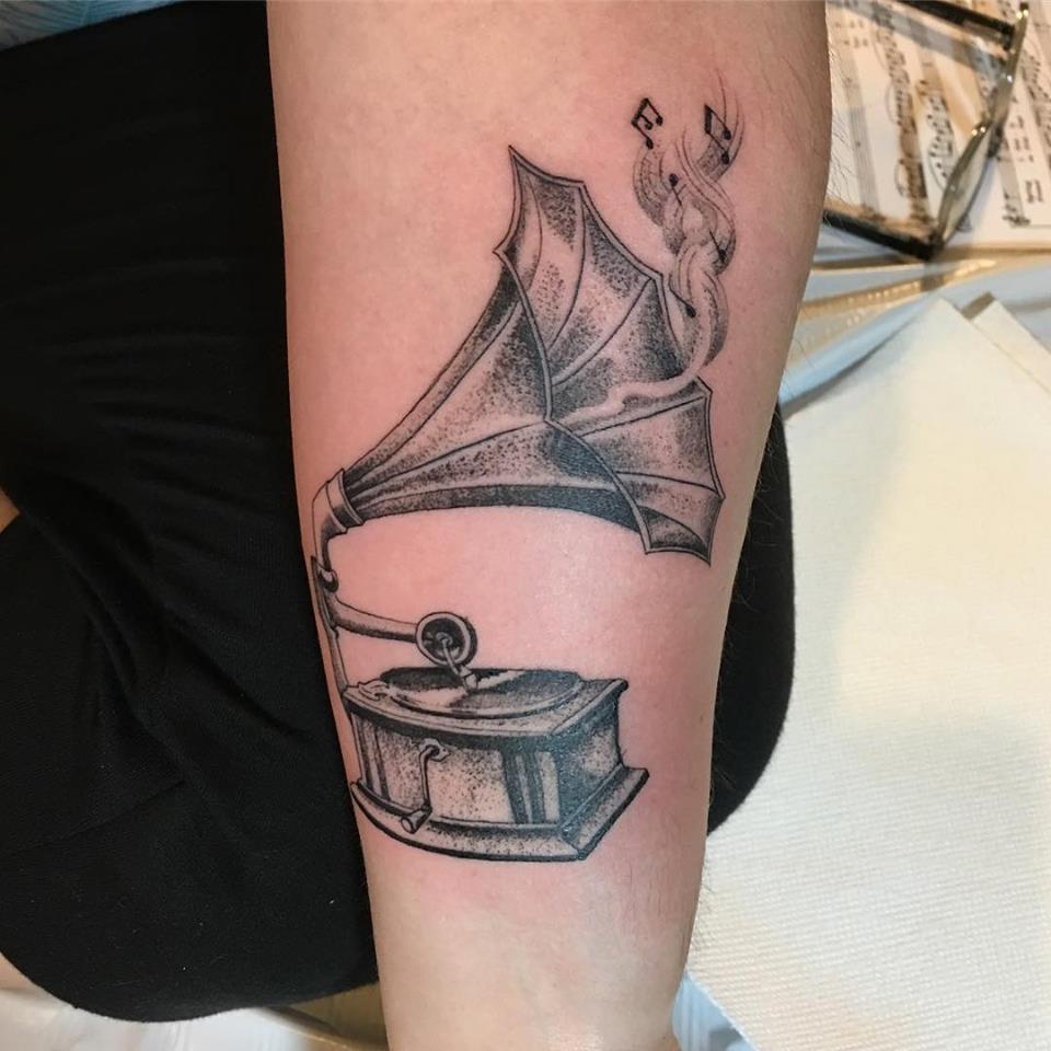 Tatuaje de gramófono dirigido por Ami James