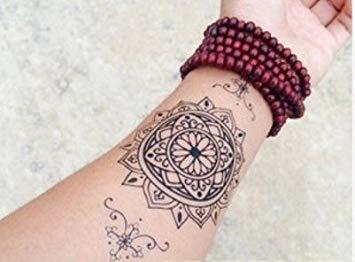 Tatuaje de mandala en la muñeca