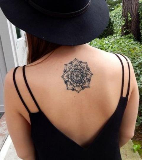 Tatuaje de mandala en la parte superior de la espalda