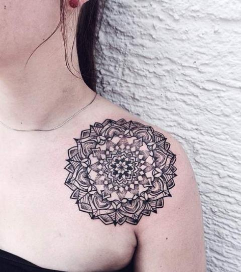 Tatuaje de mandala en el hombro