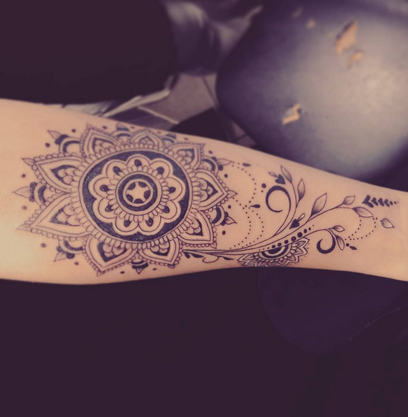 T Tatuaje de mandala en el brazo