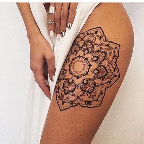 Tatuaje de mandala en el muslo