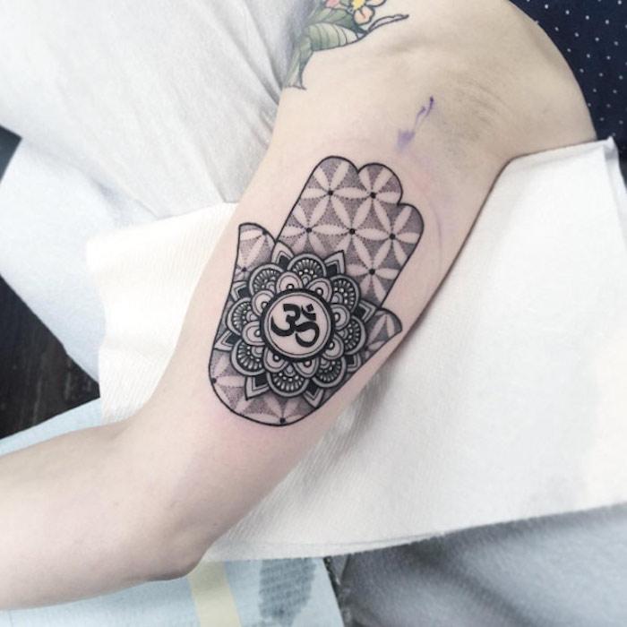 Tatuaje de mandala en el antebrazo